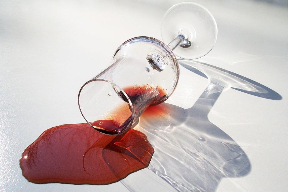 Zo krijg je een rode wijnvlek uit het vloerkleed