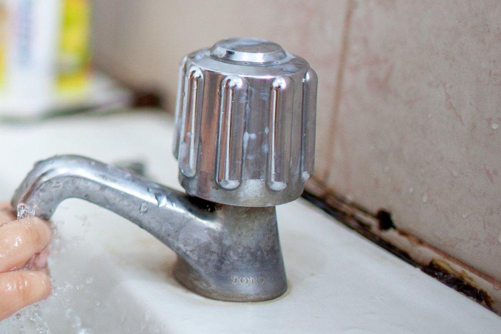 Zo pak je schimmel in de badkamer aan